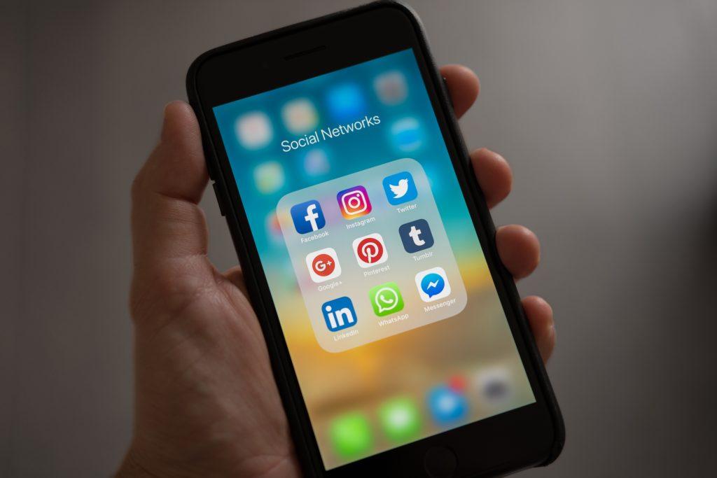 Handy Bildschirm mit Social Media Apps