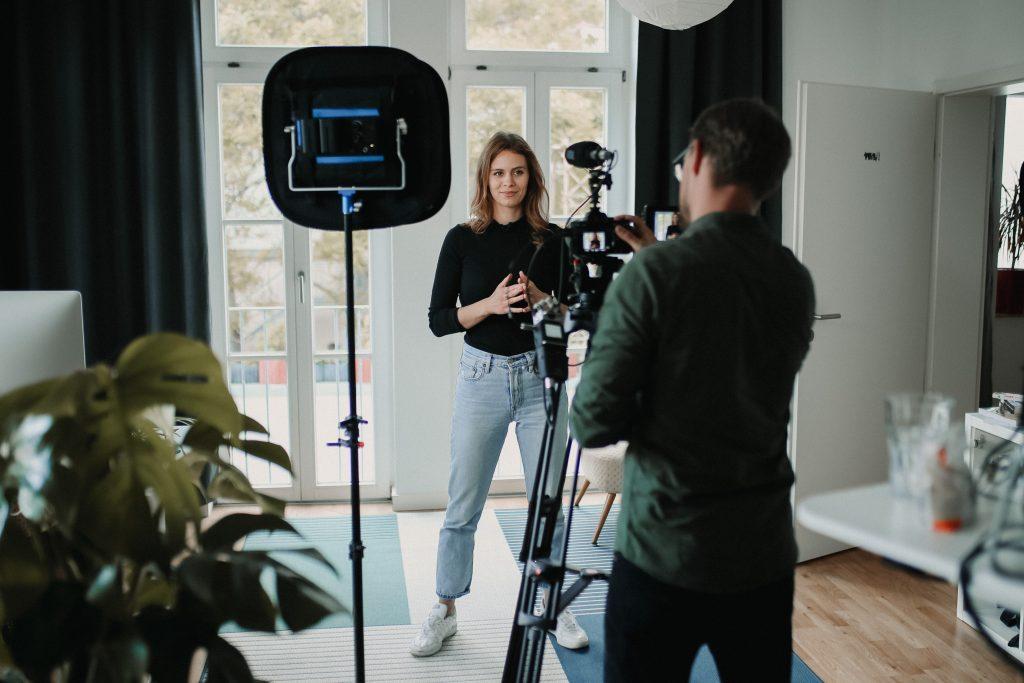 Jenny von Die Berater vor der Kamera