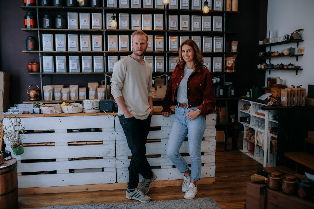 Jenny und Jonas in seinem Teeladen Teewald