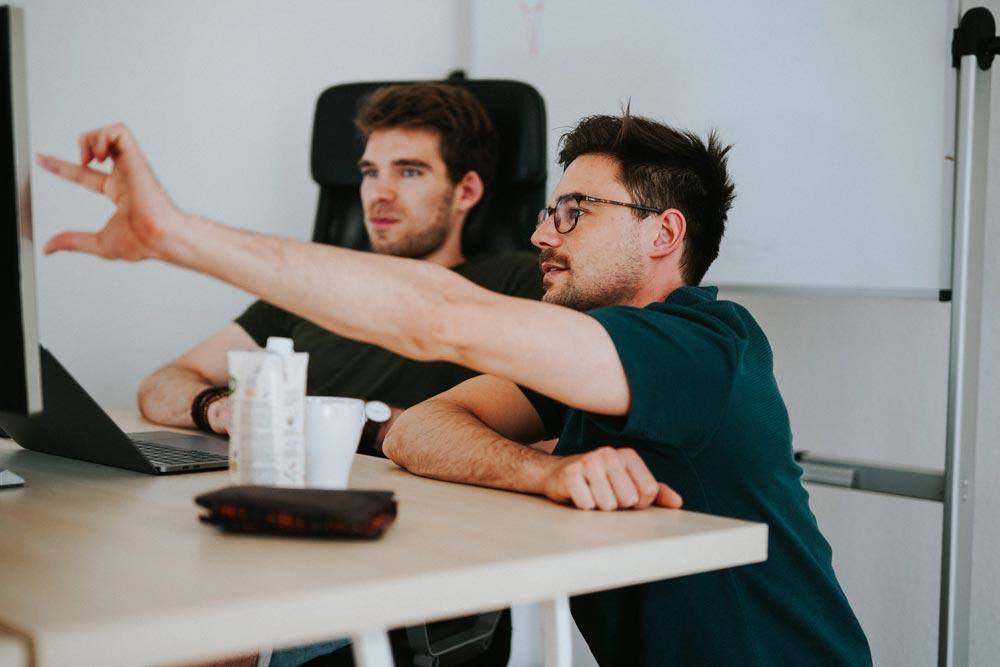 Marcel und Simon von Die Berater am Computer